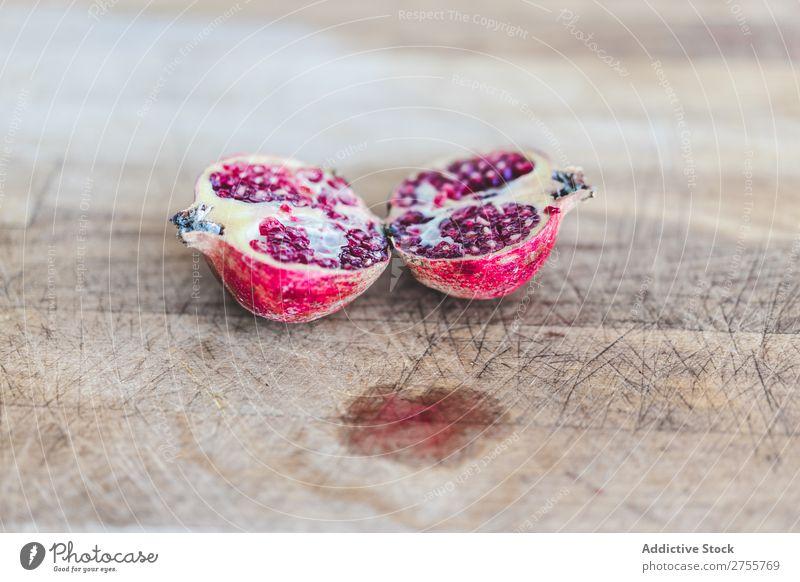 Frische Granatapfelhälften auf Holz Zusammensetzung Hälften rustikal Gesundheit süß Frucht Vegetarische Ernährung minimalistisch Diät organisch schäbig
