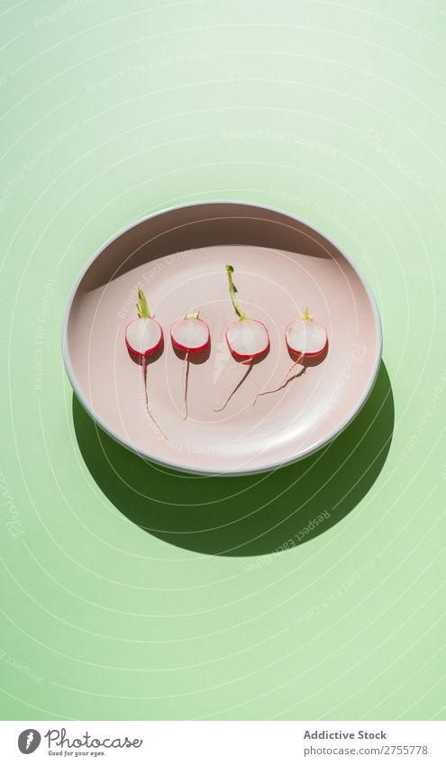 Minimalistische Komposition von Rettichscheiben Zusammensetzung Radieschen minimalistisch Scheiben Platten frisch organisch Ernährung Ordnung Salatbeilage