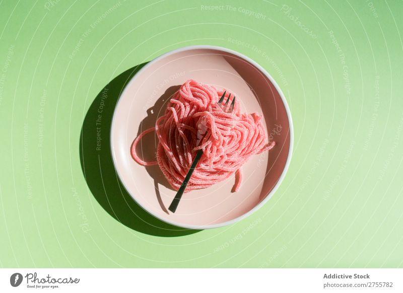 Geleewürmer auf Teller Worms Götterspeise rosa Entwurf Spätzle Marmelade süß Idee Ordnung Gabel serviert geschmackvoll Süßwaren hell Mahlzeit Essen