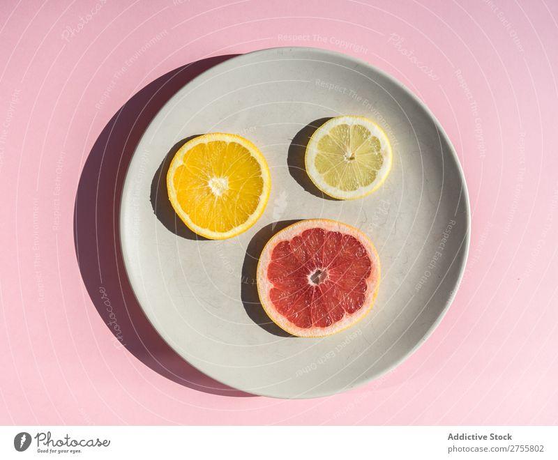 Zitrusscheiben auf rundem Teller Scheiben Zitrusfrüchte Sortiment frisch minimalistisch Gesundheit saftig mischen Grapefruit Zitrone natürlich Diät Orange