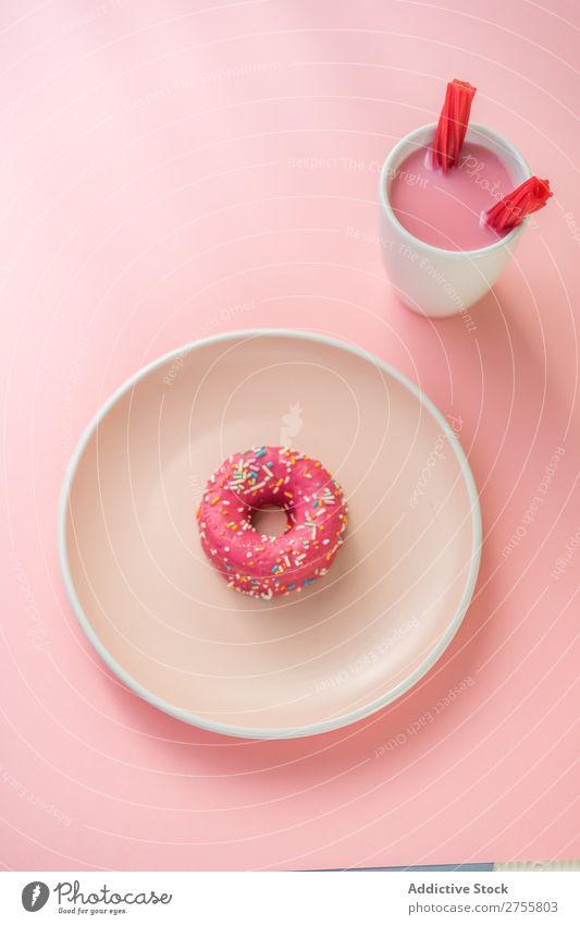 Süßer rosa Doughnut und süßer rosa Drink mit Geleebonbons trinken Götterspeise Tasse Becher Konfekt Milchshake weiß aromatisiert Studioaufnahme Zucker Dessert