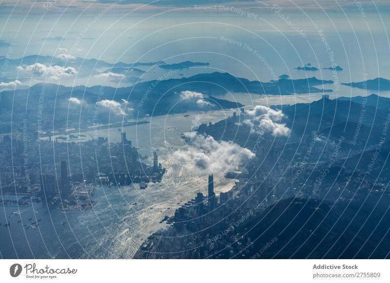 Stadt und großer Fluss Landschaft Flugzeug Aussicht Hügel Berge u. Gebirge Großstadt Skyline Ferien & Urlaub & Reisen Natur Himmel blau Fluggerät Luft Höhe