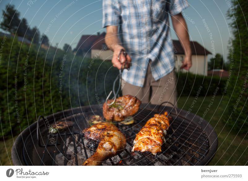turn it, baby Mensch Mann Erwachsene Lebensmittel Garten Körper maskulin stehen gut festhalten Rauch Lebensfreude Grillen Fleisch Glut Kohle