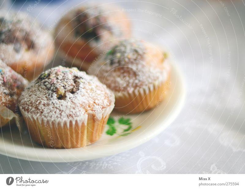Altbekannte Lebensmittel Teigwaren Backwaren Kuchen Dessert Ernährung Frühstück Kaffeetrinken Teller klein lecker süß Muffin Farbfoto Innenaufnahme Nahaufnahme