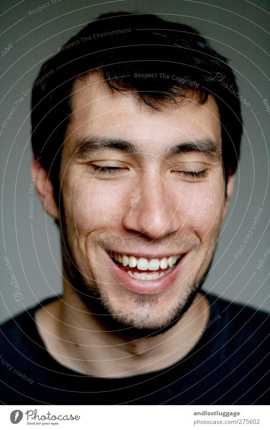 nicolas lacht sich kringelig. Mensch maskulin Junger Mann Jugendliche Gesicht 1 18-30 Jahre Erwachsene schwarzhaarig Dreitagebart lachen Liebe leuchten frisch