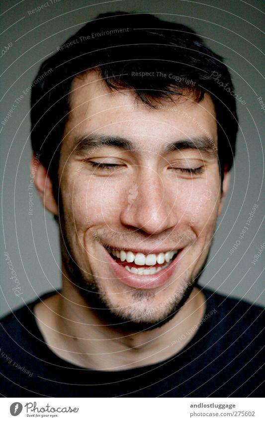 nicolas lacht sich kringelig. Mensch Jugendliche schön Freude schwarz Erwachsene Gesicht Liebe Gefühle lachen grau Glück lustig Junger Mann 18-30 Jahre natürlich