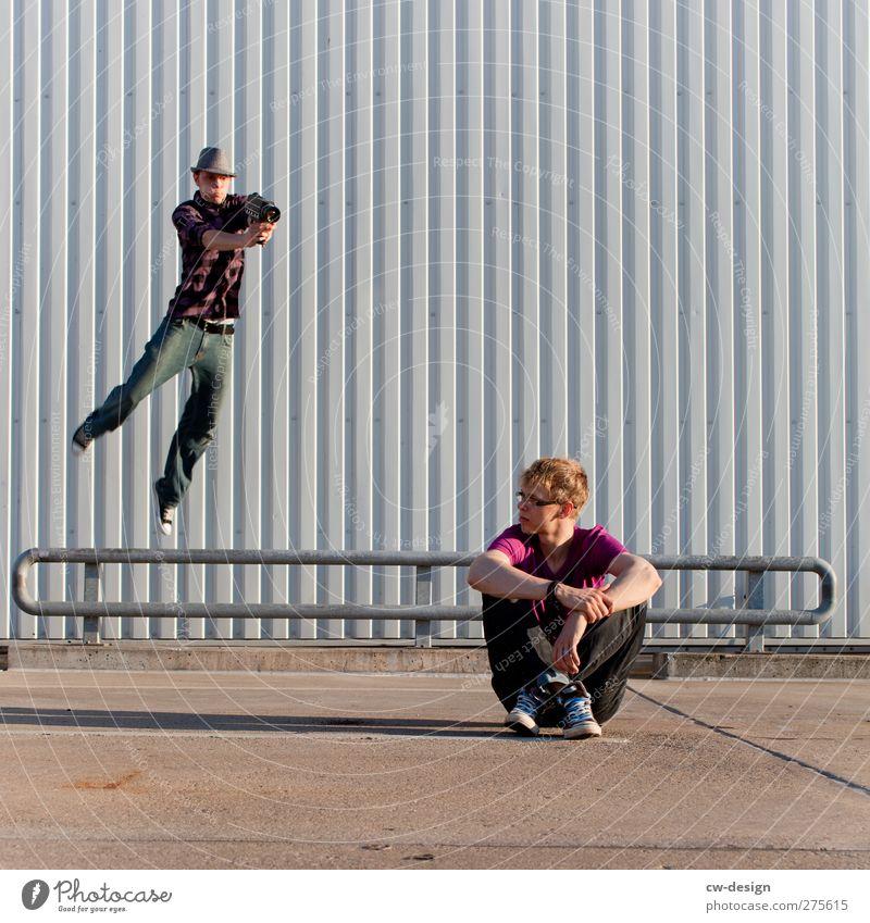 Paparazzo im Anflug Mensch Jugendliche Freude Erwachsene Wand Mauer springen Junger Mann 18-30 Jahre fliegen Fassade sitzen Freizeit & Hobby bedrohlich Neugier