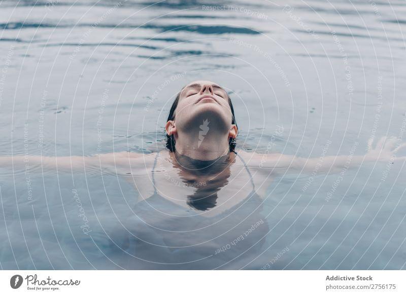 Frau mit geschlossenen Augen im Wasser lügen Schwimmsport Gesicht auf den Kopf gestellt Schwimmbad Mensch Sommer blau Ferien & Urlaub & Reisen Resort Aktion