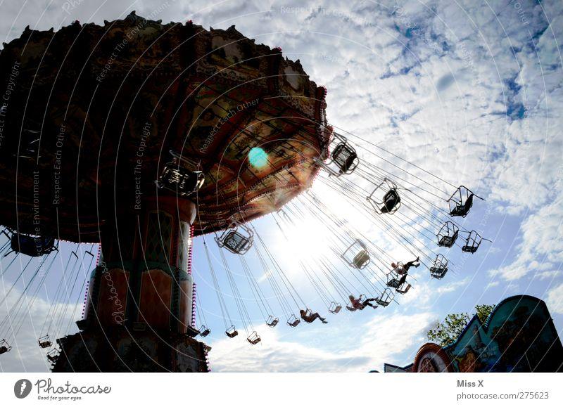 Himmelsflug Jahrmarkt Wolken Sonne fliegen Karussell Kettenkarussell Farbfoto mehrfarbig Außenaufnahme Sonnenlicht Gegenlicht