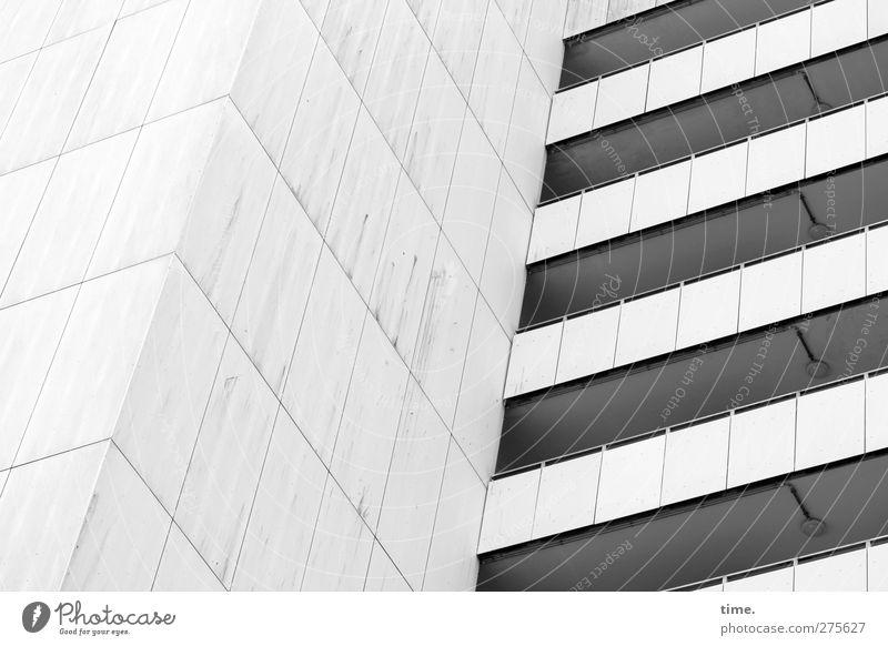 Die Ästhetik des Banalen | Die Banane der Ästhetik Haus Hochhaus Bauwerk Gebäude Mauer Wand Fassade Balkon Stein bedrohlich eckig kalt oben Design