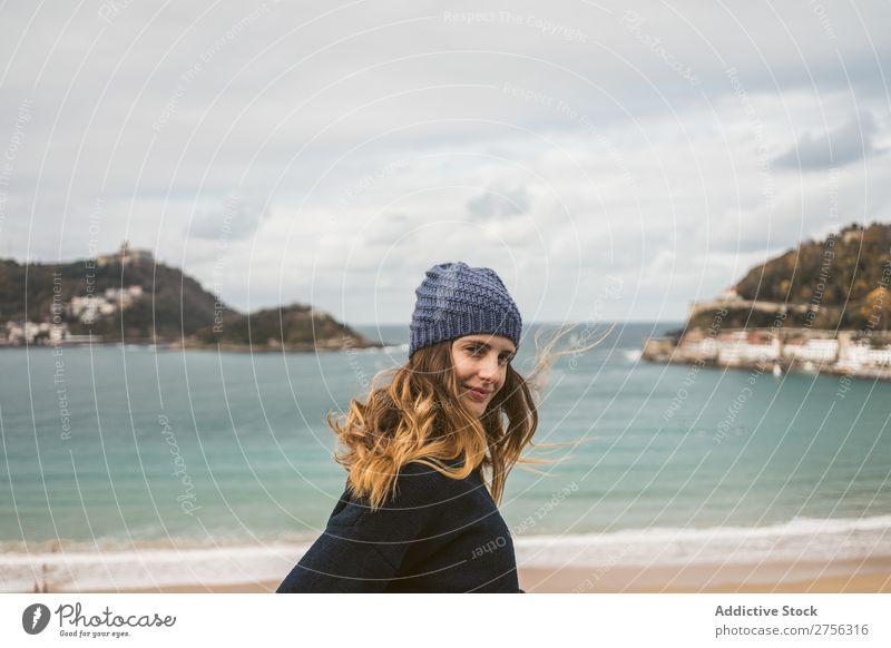 Attraktive Frau am Meer stehend Jugendliche Küste hübsch attraktiv Hut Blick nach hinten vor der Kamera Natur Wasser Ferien & Urlaub & Reisen Strand