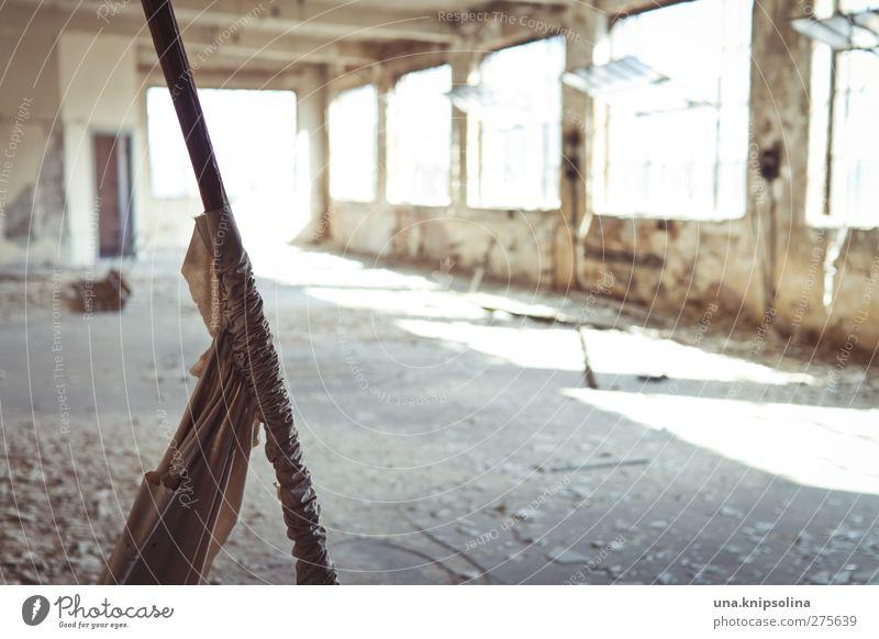 lichtdurchflutet alt Haus Fenster Wand Mauer leer kaputt trist Wandel & Veränderung bedrohlich Vergänglichkeit Fabrik Vergangenheit Verfall Ruine Zerstörung