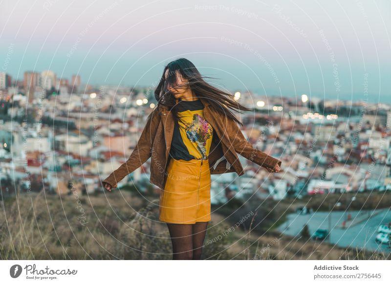 Hübsche brünette Frau in der Stadt hübsch Natur schön Porträt Jugendliche Beautyfotografie Model attraktiv Mensch natürlich Behaarung Stil Jahreszeiten charmant