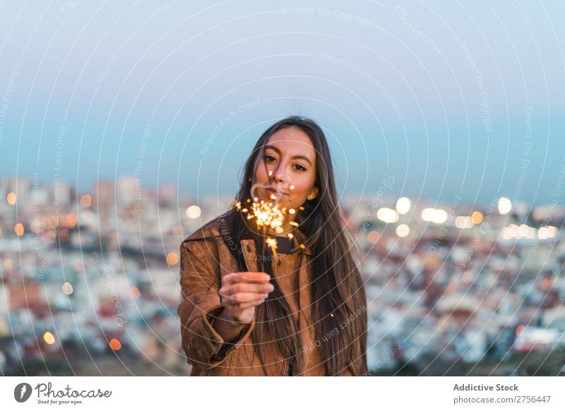 Fröhliche junge Frau mit Wunderkerze hübsch Natur schön Porträt Jugendliche Beautyfotografie Model attraktiv Mensch natürlich heiter brünett Behaarung Stil