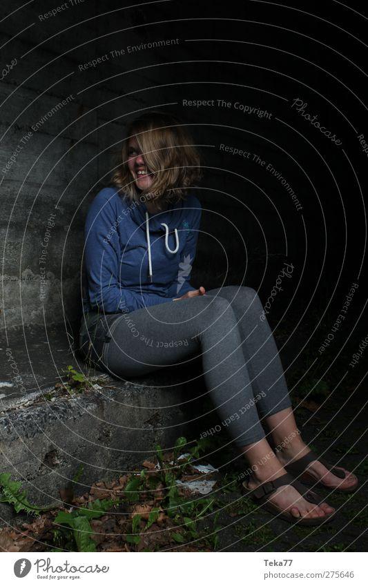 neue Hoffnung Mensch Frau Jugendliche blau schwarz Erwachsene Erholung dunkel feminin kalt Wand Junge Frau grau Glück Mauer Zufriedenheit
