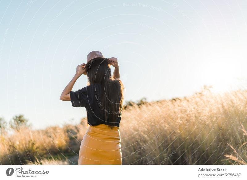 Fröhliche junge Frau mit Hut in der Natur hübsch heiter schön Porträt Jugendliche Beautyfotografie Model attraktiv Mensch natürlich brünett Behaarung Stil