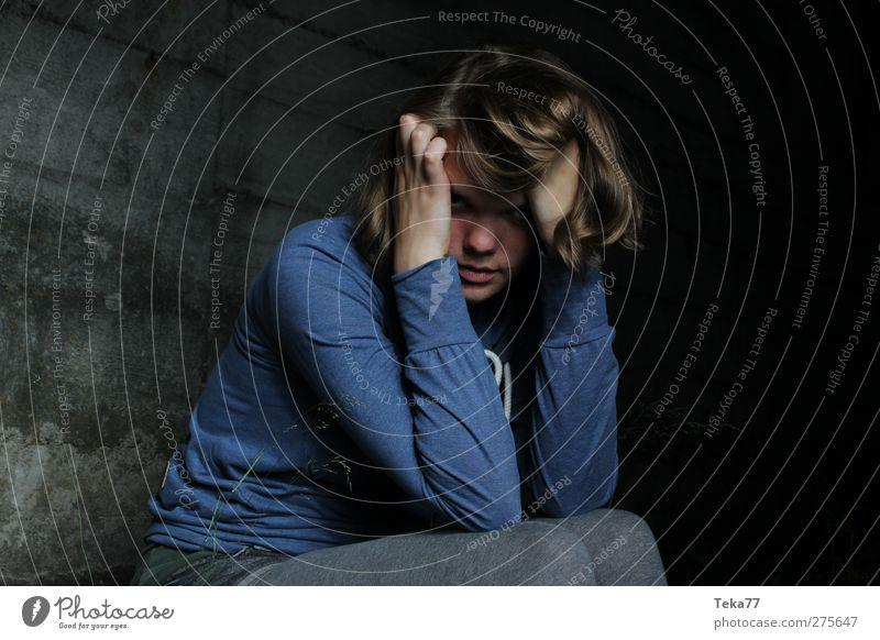 Wut im Bauch Mensch Frau Jugendliche blau Erwachsene feminin Wand Gefühle Junge Frau grau Mauer 18-30 Jahre wild verrückt bedrohlich