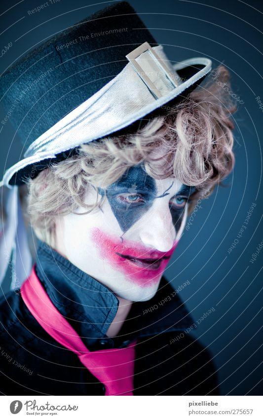 Joker Mensch Mann Jugendliche Erwachsene dunkel Traurigkeit träumen Kunst blond Kindheit maskulin Lächeln Maske Hut Locken Karneval