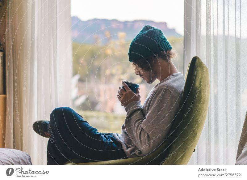 Mann trinkt Kaffee im Sessel gemütlich Erholung besinnlich Fürsorge Inspiration Erwärmung Schickimicki Tasse Lounge Kälte trinken Getränk bequem heimwärts
