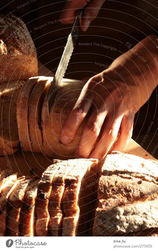 Brotzeit Getreide Teigwaren Backwaren Ernährung Frühstück Abendessen Festessen Picknick Messer feminin Junge Frau Jugendliche Hand Finger 1 Mensch genießen