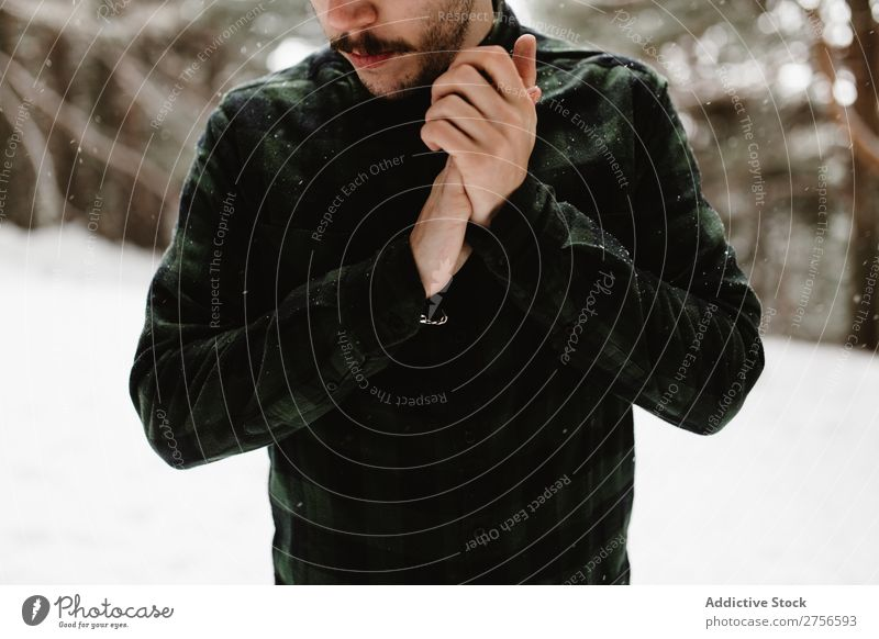 Kulturtourist in verschneiter Natur Mann stehen Winter Wald kalt Schnee Frost