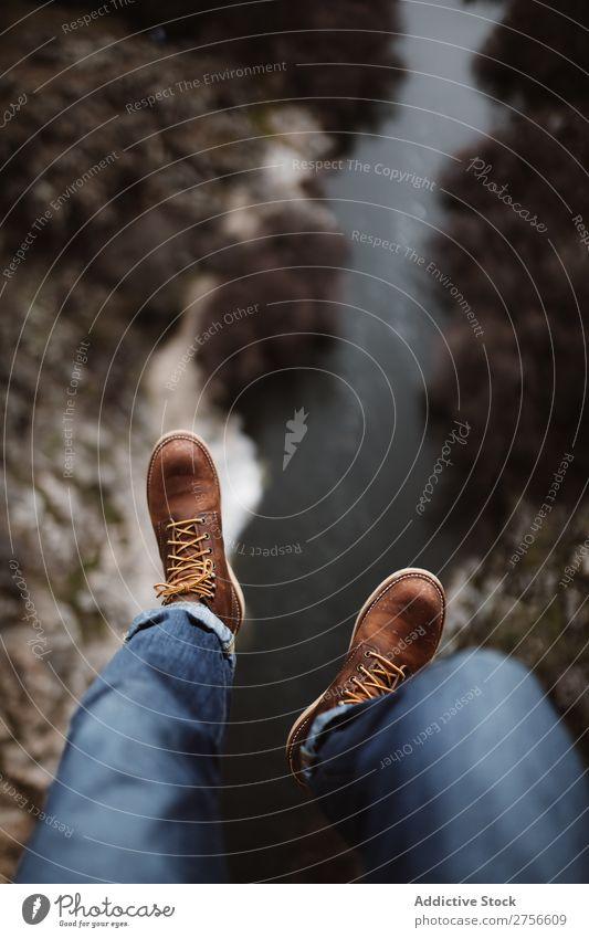 Die Beine des Touristen am Rand Börde Ferien & Urlaub & Reisen Felsen Natur wandern Ausflug Freizeit & Hobby Mensch Fuß Gipfel Höhe Wanderer Abenteuer Klippe