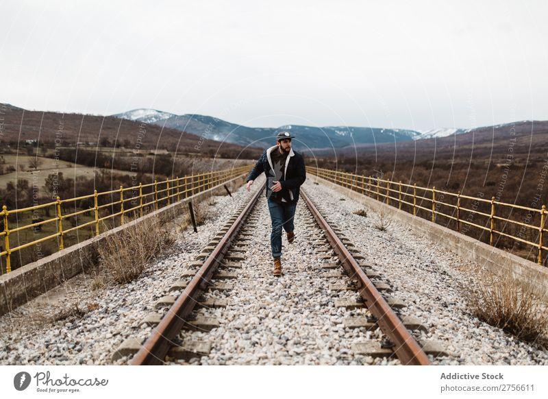Mann, der auf der Eisenbahn fährt. Natur rennen Geschwindigkeit Rost alt Ferien & Urlaub & Reisen