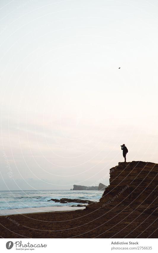 Nicht erkennbarer Mann auf einer Küstenklippe Tourist Klippe Meer Felsen Ferien & Urlaub & Reisen Tourismus Natur Landschaft Wasser Sonne Freiheit Stein