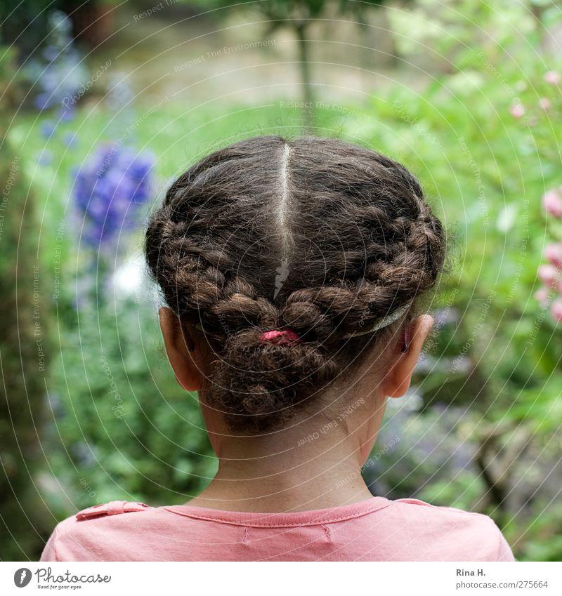 Mädchen im Garten Mensch Kopf Haare & Frisuren 1 3-8 Jahre Kind Kindheit Sommer Blume T-Shirt brünett langhaarig Locken Zopf beobachten authentisch schön grün