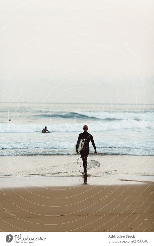 Surfer-Mann am Meer Tourist rennen Sand Strand Felsen Ferien & Urlaub & Reisen