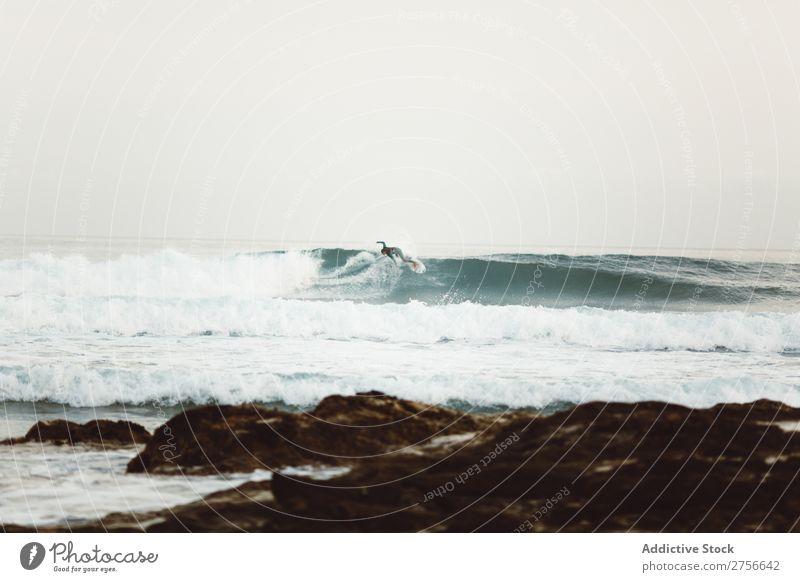 Surfer fängt Wellen ein Tourist Meer rennen Sand Strand Felsen Ferien & Urlaub & Reisen Tourismus Natur Landschaft Küste Wasser Sonne Freiheit Stein natürlich