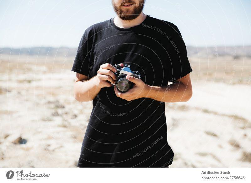 Mann mit Kamera auf die Wüste schießen Hand Fotokamera Illusion Trick Ferien & Urlaub & Reisen Lifestyle
