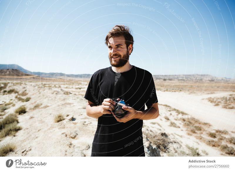 Mann mit Kamera in der Wüste Hand Fotokamera Illusion Trick Ferien & Urlaub & Reisen Lifestyle