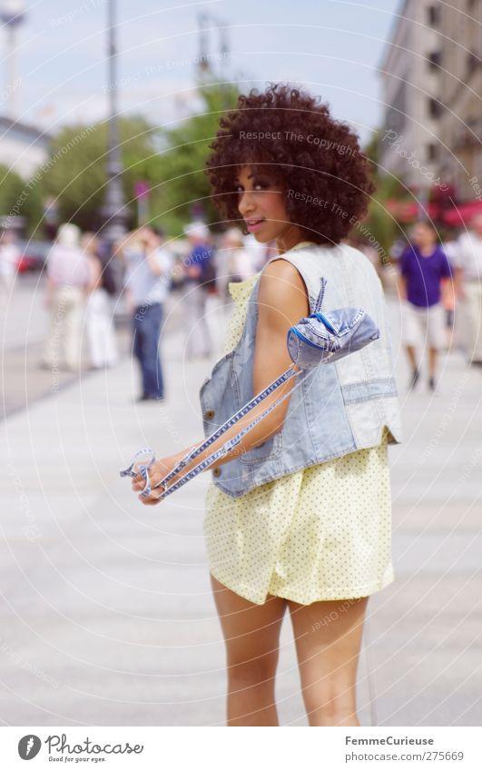 On her way ... Mensch Jugendliche Ferien & Urlaub & Reisen Stadt schön Sommer Erwachsene feminin Stil Mode 18-30 Jahre elegant Lifestyle Stadtleben einzigartig Kleid