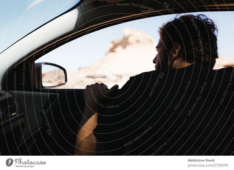 Mann schaut aus dem Autofenster. Wüste Fenster Straße Ferien & Urlaub & Reisen Lifestyle Mensch