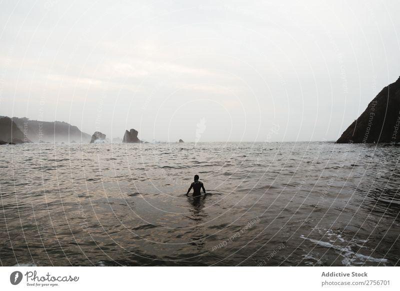 Mann beim Baden am Strand Klippe Meer Felsen Abend Ferien & Urlaub & Reisen Tourismus Natur Landschaft Küste Wasser Sonne Freiheit Stein natürlich Lifestyle