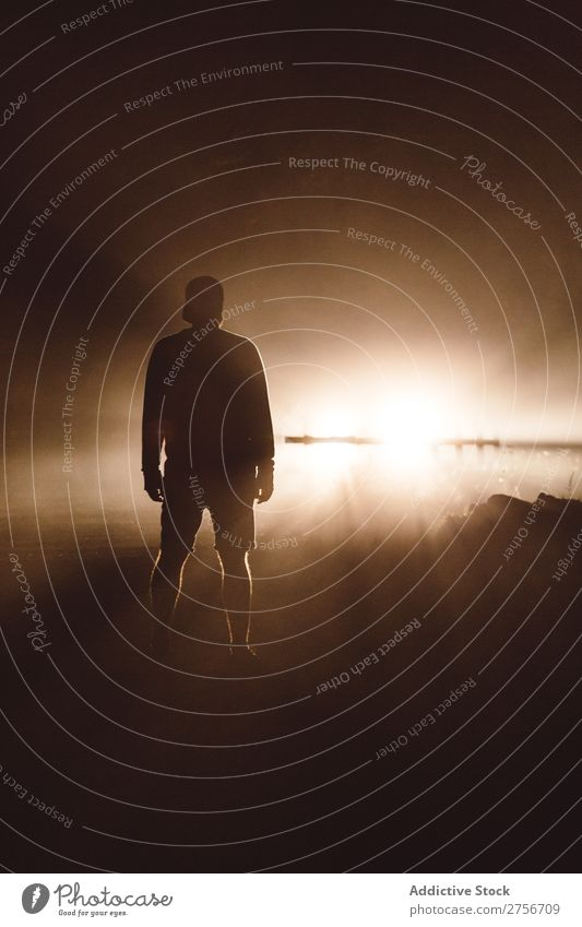 Mann schaut auf die Sonne Küste Strand Meer Wasser Ferien & Urlaub & Reisen Mensch Sonnenlicht genießend Aussicht Landschaft Natur Sonnenuntergang
