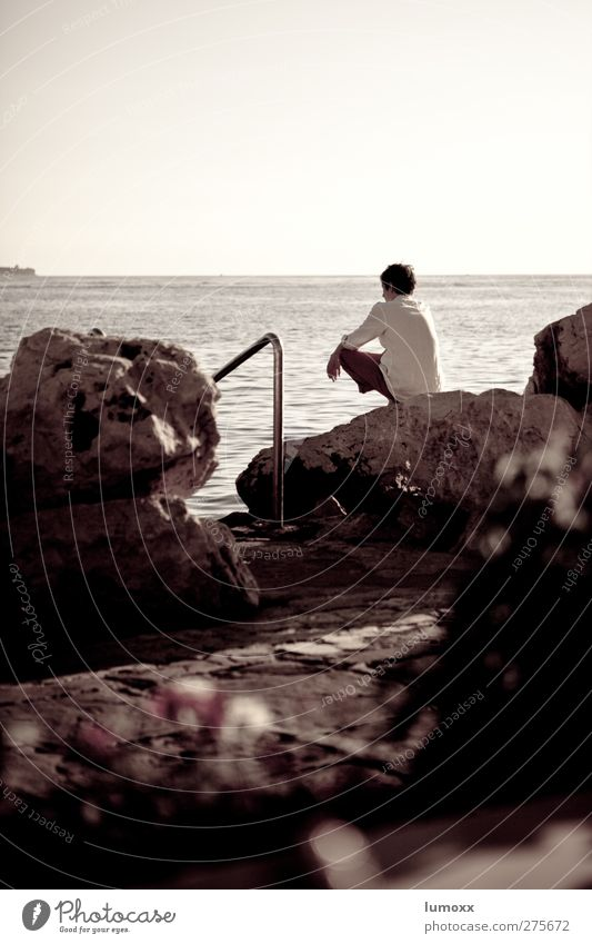 on the rocks Mensch Jugendliche Wasser Ferien & Urlaub & Reisen weiß Sommer Meer Strand Einsamkeit schwarz Erwachsene Ferne Küste grau träumen Junger Mann