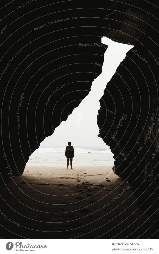 Mann steht an der Bucht Klippe Meer Natur Ferien & Urlaub & Reisen Himmel Mensch Felsen Stein Küste Aussicht schön Idylle malerisch Gelassenheit Wasser