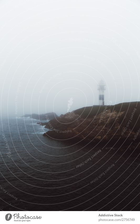 Leuchtturm an der felsigen Küste Meer Umhang Natur Himmel Felsen Stein Bucht Aussicht schön Leuchtfeuer Gebäude Unwetter Schaum Nebel Führung Licht malerisch