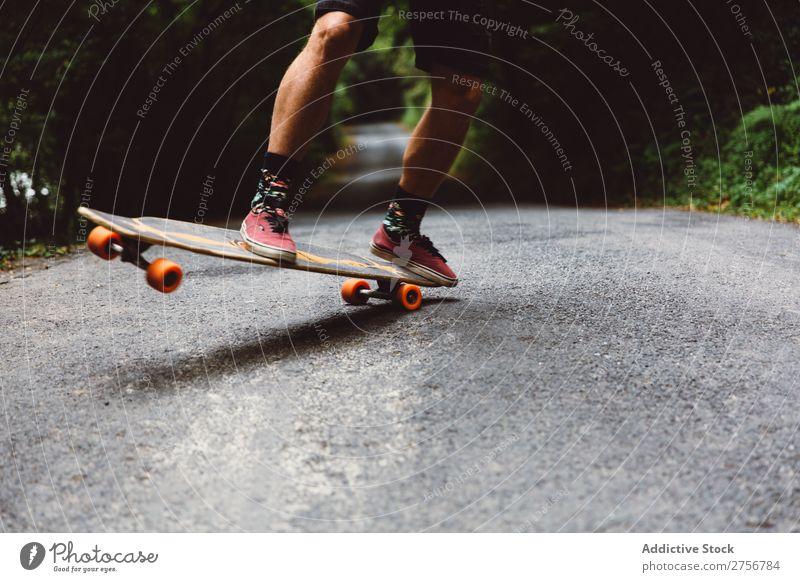 Getreidemann auf dem Skateboard auf der Forststraße Mann Wald Freude Schlittschuhlaufen Mensch Sport extrem Bewegung Energie Straße Aktion Ausritt Gleichgewicht