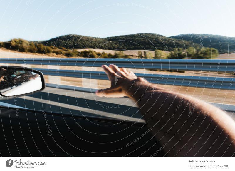 Mann, der die Hand aus dem Fenster ragt. PKW Autobahn Mensch Freiheit Wind Verkehr Straße Fahrzeug Fahrer Geschwindigkeit Ausflug Ferien & Urlaub & Reisen
