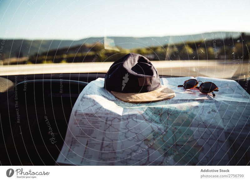 Kappe und Karte auf dem Dashboard Landkarte Armaturenbrett PKW Passagier Fach Mütze Sonnenbrille Ausflug Straße Verkehr Ferien & Urlaub & Reisen Fahrzeug