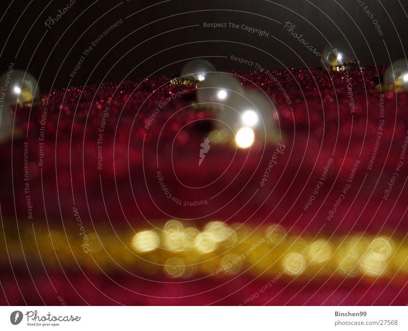 Perlenreihe Schatztruhe Samt rot Schmuck Makroaufnahme Nahaufnahme gold