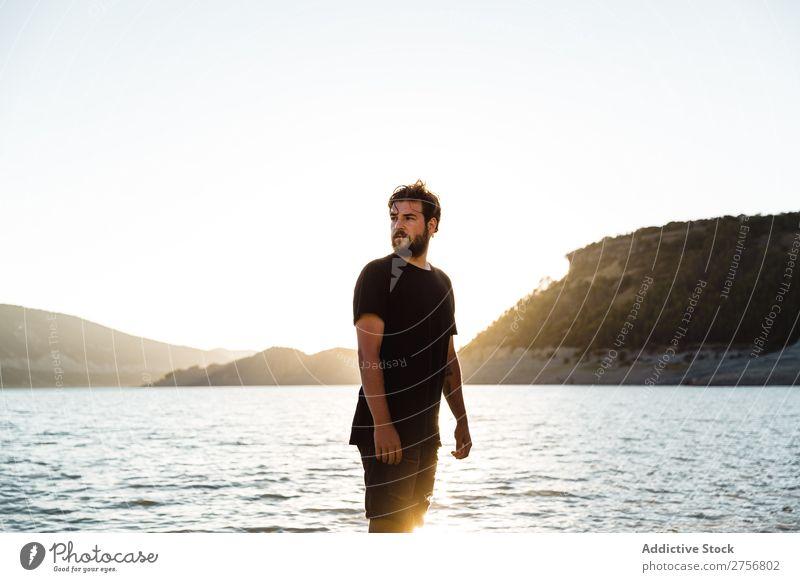 Mann, der am Strand posiert. Wasser Mensch Ferien & Urlaub & Reisen Natur Erholung Meer See aussruhen ruhig Gelassenheit friedlich dunkel tief nass kalt