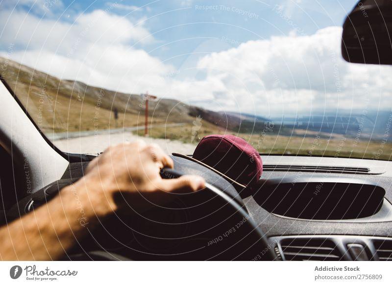 Mann fährt Auto in den Bergen Mensch fahren PKW Straße Hügel Berge u. Gebirge Gipfel Natur Ferien & Urlaub & Reisen Aussicht malerisch Halde Landschaft Höhe