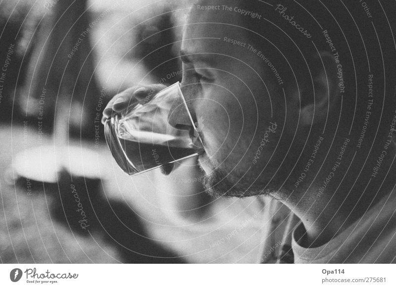 Feierabend Drink Mensch maskulin Mann Erwachsene Kopf Gesicht Nase Mund Lippen 1 18-30 Jahre Jugendliche Glas trinken Glück schwarz weiß Zufriedenheit