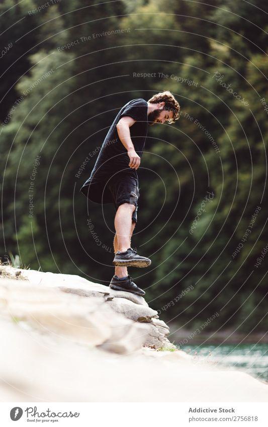 Mann steht auf einem Stein am Fluss. Tourist Wald wandern Ferien & Urlaub & Reisen Küste stehen Natur Abenteuer Ausflug Mensch Lifestyle Tourismus