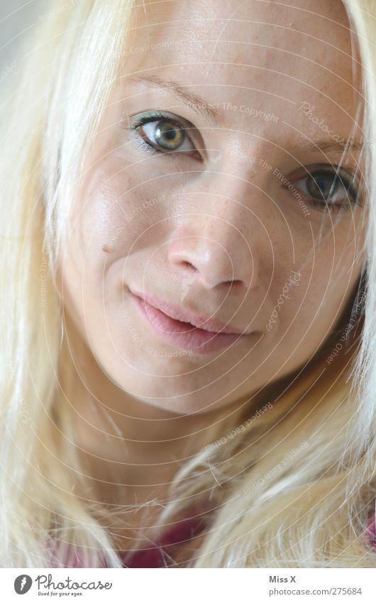 altes Eisen Mensch feminin Frau Erwachsene 1 18-30 Jahre Jugendliche Haare & Frisuren blond Lächeln schön Zufriedenheit Farbfoto Gedeckte Farben Nahaufnahme