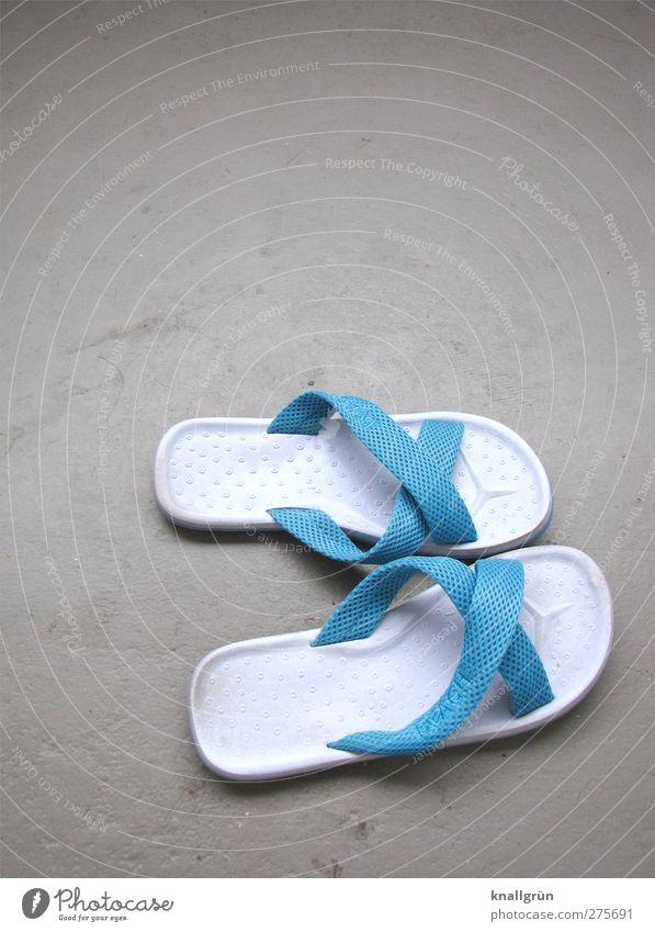 Ausgelatscht blau Ferien & Urlaub & Reisen weiß Freude Erholung grau Mode hell Schuhe Freizeit & Hobby Flipflops Badelatschen